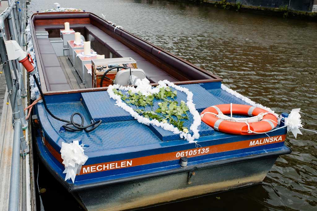 Ons Huwelijksbootje, in witte rozen en linten