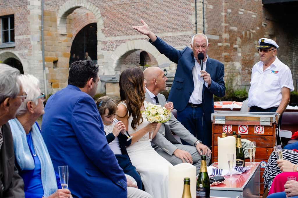 Het Huwelijksbootje: onze ceremoniemeester aan het roer