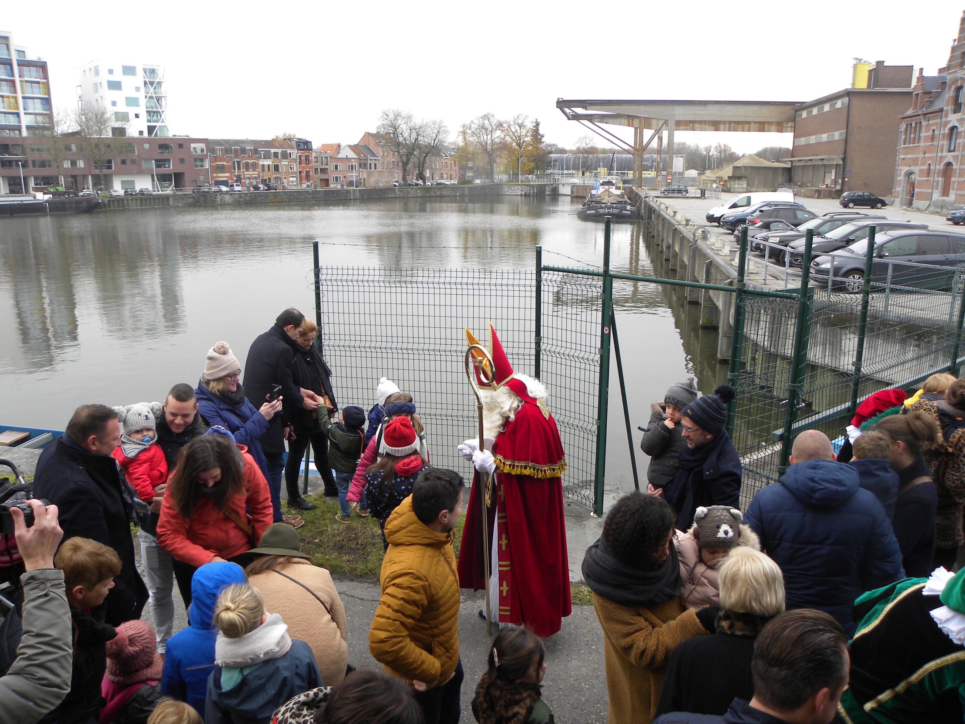 Sint Niklaas maakt zich klaar om op te stappen aan het Van der Valk hotel