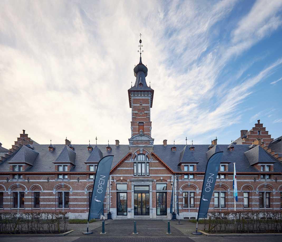 Van der Valk hotel facade - overnachting, ontbijt, bootvaart door Mechelen